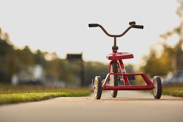 Treba vam dobar poklon za prvi rođendan. Odaberite slavljeniku tricikl za decu. Bićete mu omiljeni gost